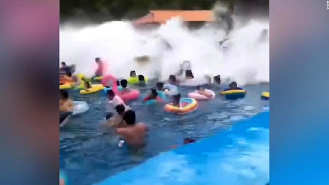 """Un """"tsunami"""" accidental en una piscina deja 44 heridos"""