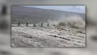 Violentas olas arrastran a un hombre en río de China