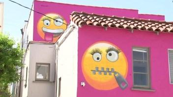Emojis en la pared de una casa causan alboroto