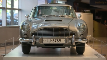 Pagan millonaria suma por auto de James Bond