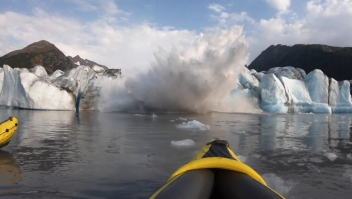 Glaciar masivo colapsa justo frente a dos kayakistas