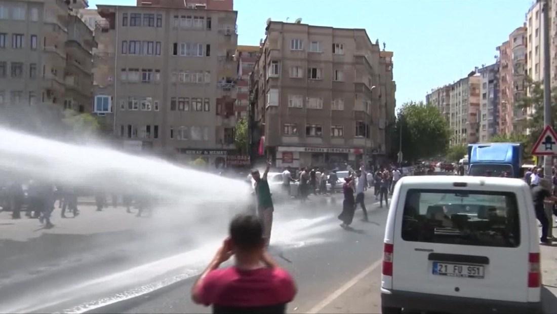 Dispersan manifestantes en Turquía con cañones de agua