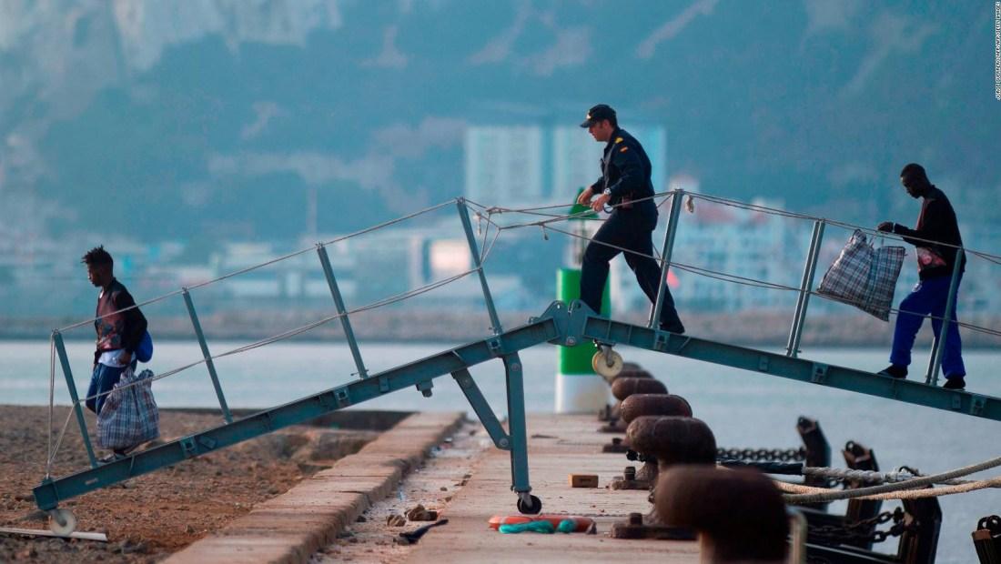 España recibe a 15 migrantes del Open Arms