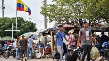 PARAGUACHON, COLOMBIA - JUNE 08: Venezuelans and Colombian returnees walk to enter tMigrantes venezolanos ingresan a Colombia a través de la frontera de Paraguachón, en La Guajira, en el norte del país, el 8 de junio de 2019. (Crédito: Guillermo Legaria/Getty Images).