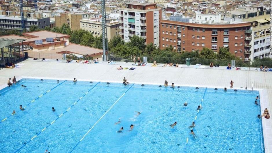 Topless Barcelona piscina