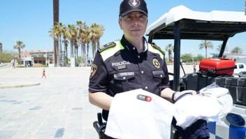 Policía Barcelona da ropa a bañistas que les han robado