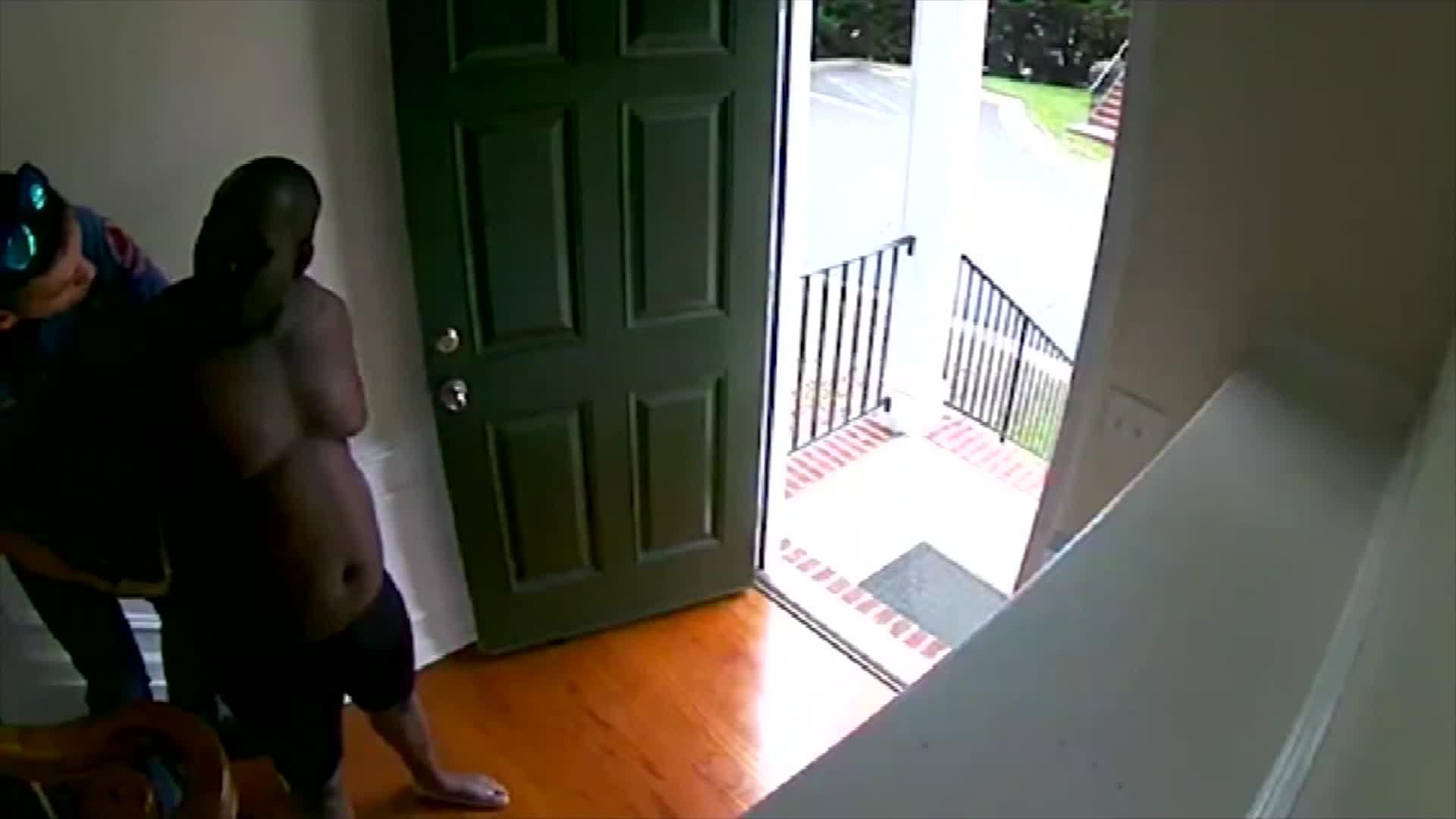 El policía finalmente entra en la casa de Oyeneyin y lo esposa. Mientras esperan que llegue un supervisor, el agente le pregunta a Oyeneyin si vive en la casa y si tiene identificación.