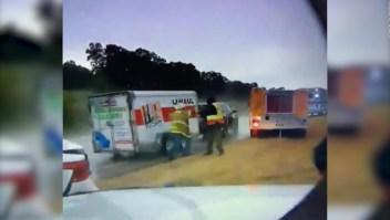 Un remolque golpea con fuerza a dos bomberos en Oklahoma