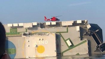 Rescatistas contactan a tripulantes atrapados en un barco volcado en Georgia