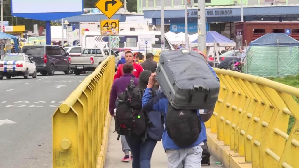 Ecuador permite a venezolanos con visados cruzar su frontera