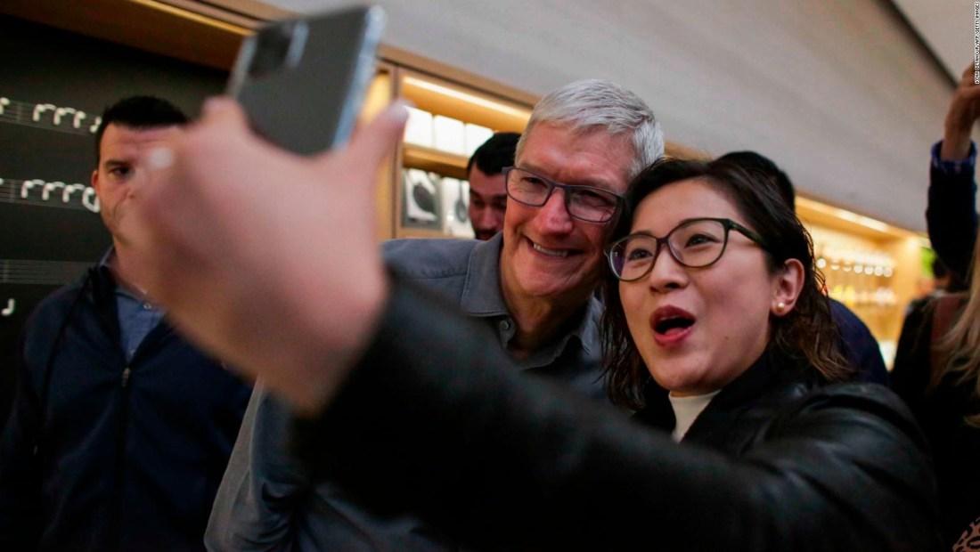 Tim Cook visita la tienda de Apple en Nueva York