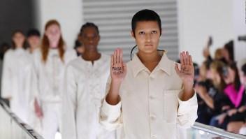 Modelo de Gucci protesta en plena pasarela
