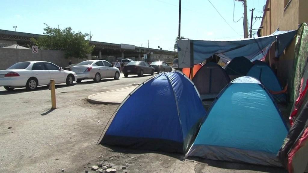 Familias que huyen de la violencia acampan en la frontera