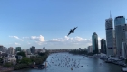 Mira a este enorme avión militar volar sobre una ciudad