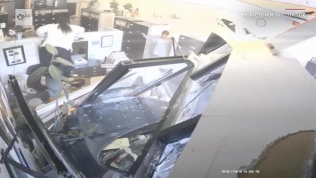 Impresionante choque de un auto contra una tienda