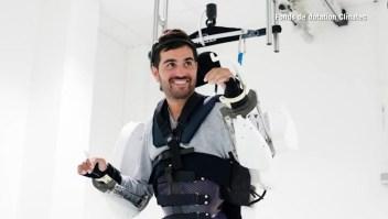 Volvió a caminar con la ayuda de un exoesqueleto