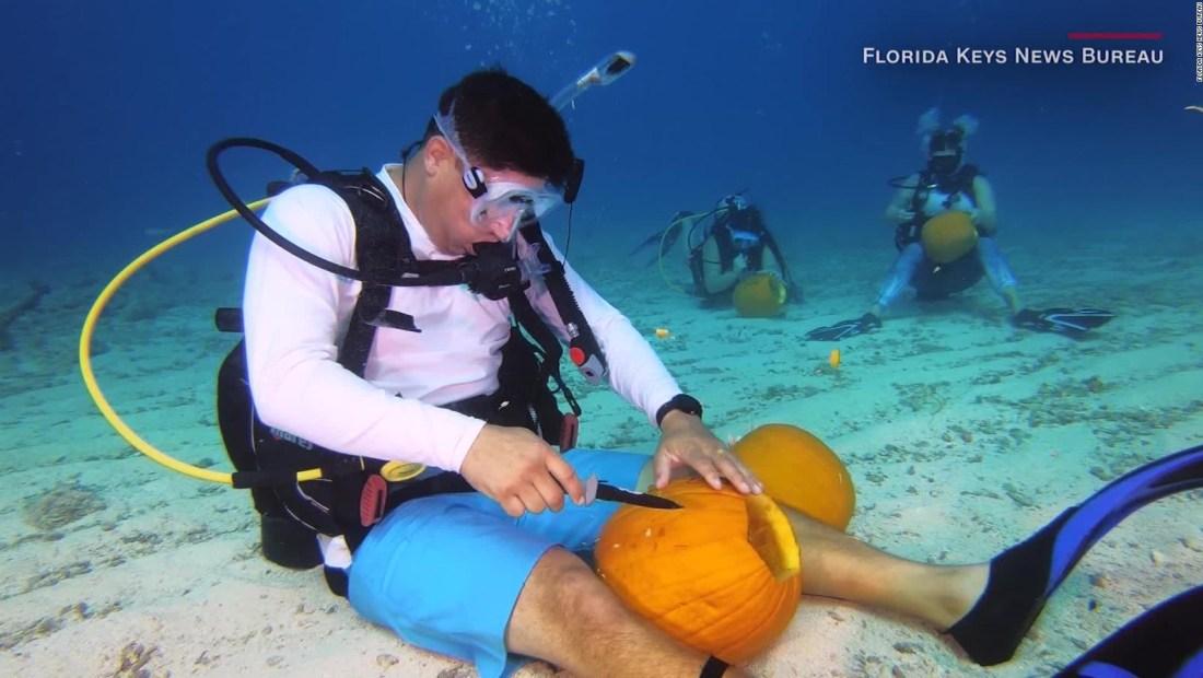 Mira cómo ingeniosos buzos tallan calabazas bajo el agua