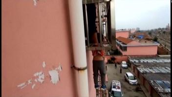 Rescatan a un niño que quedó colgado en un cuarto piso