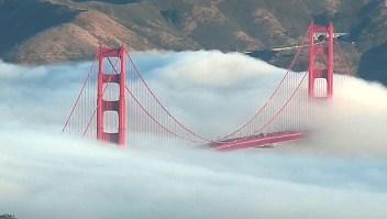 La niebla hace desaparecer al puente Golden Gate