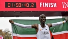 Un keniano corre una maratón en menos de 2 horas