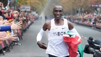Bajó la marca de las 2 horas en la maratón, pero no es oficial