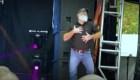 Un intérprete de lenguaje de señas con mucho ritmo