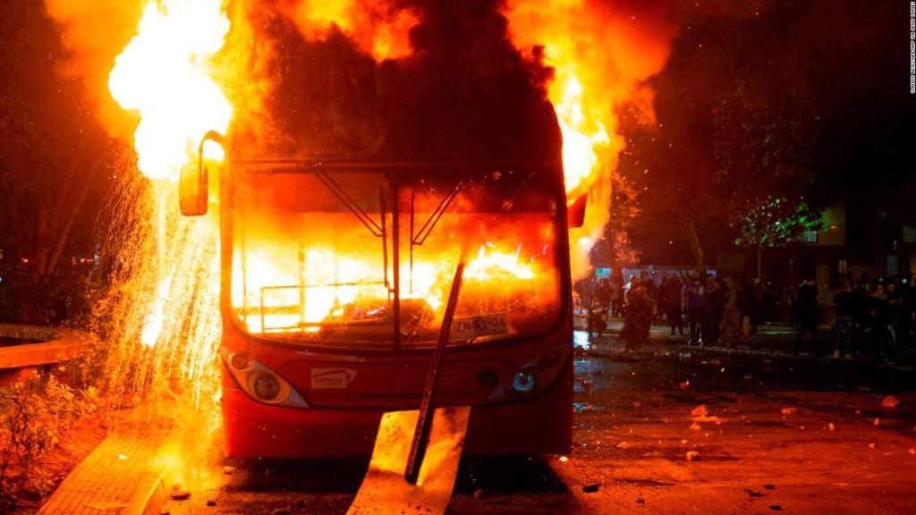 Caos en Santiago: incendios, saqueos y barricadas