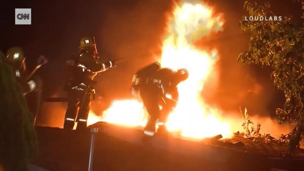 Bombero cae de un techo en medio de las llamas