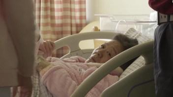 Médica da a luz una niña a los 67 años