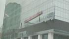 Susto en las alturas: un andamio golpea un edificio