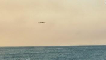Aviones cisternas recogen agua del océano para apagar incendio
