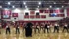 Sacerdote se suma a un grupo de baile y sorprende