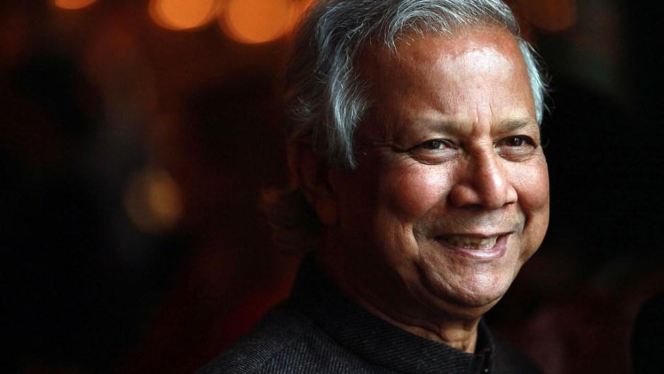 """El Premio Nobel de la Paz 2006, Muhammad Yunus y Grameen Bank: """"Por sus esfuerzos para generar desarrollo económico y social desde abajo""""."""
