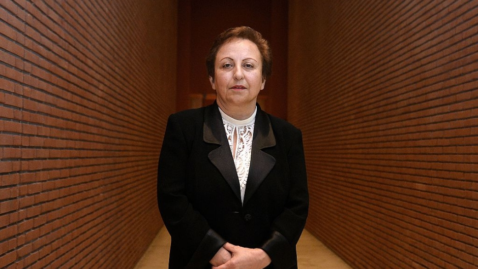 """El Premio Nobel de la Paz 2003, Shirin Ebadi: """"Por sus esfuerzos por la democracia y los derechos humanos. Se ha centrado especialmente en la lucha por los derechos de las mujeres y los niños""""."""