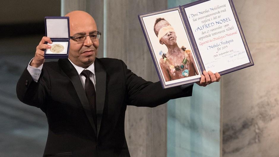 """El Premio Nobel de la Paz 2015, Cuarteto de Diálogo Nacional de Túnez, recibido por Mohamed Fadhel Mahfoudh: """"Por su decisiva contribución a la construcción de una democracia pluralista en Túnez, a raíz de la Revolución Jasmine de 2011""""."""
