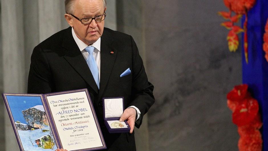 """El Premio Nobel de la Paz 2008, Martti Ahtisaari: """"Por sus importantes esfuerzos, en varios continentes y durante más de tres décadas, para resolver conflictos internacionales""""."""