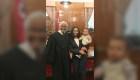 Juez sostiene al hijo de abogada mientras juramenta