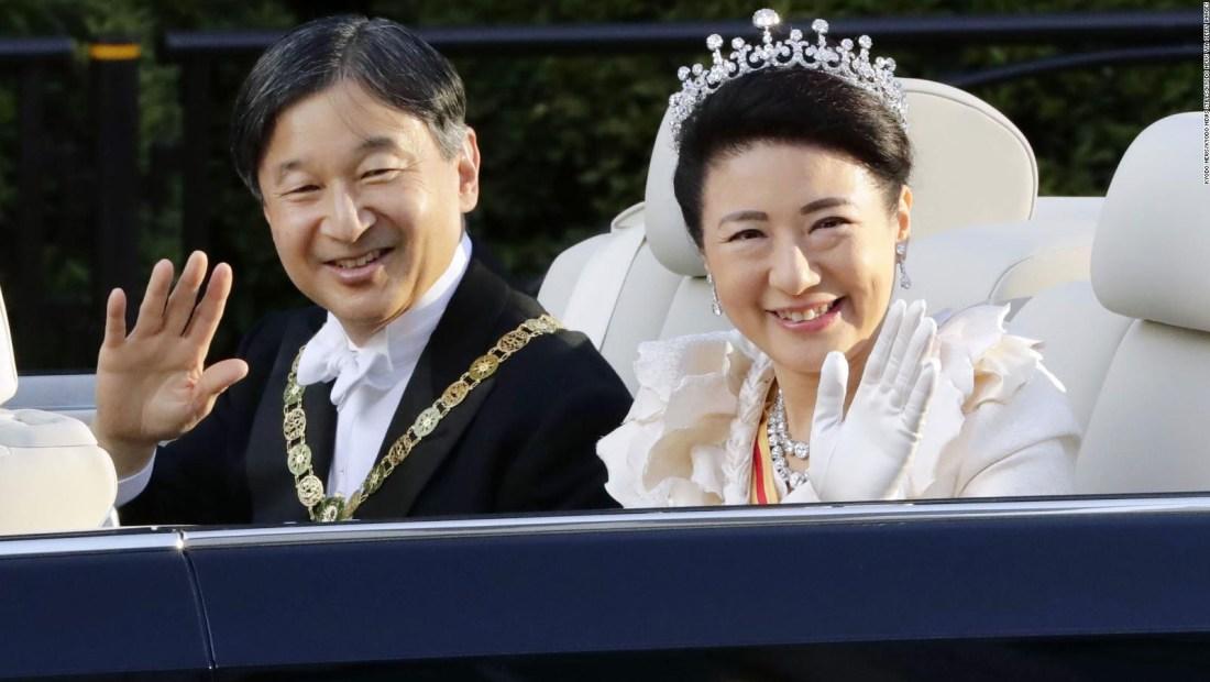 Celebración y fuertes críticas al emperador de Japón