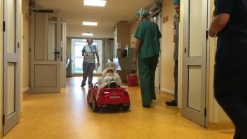 Niños llegan en auto eléctrico al quirófano en este lugar