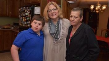 Maestra adopta un estudiante con síndrome de Down