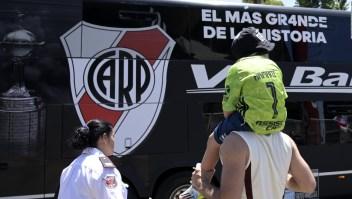 Fieles a su equipo, hinchas de River viajan a Perú para la final