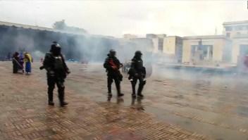 Desalojan con gases el cacerolazo en centro de Bogotá