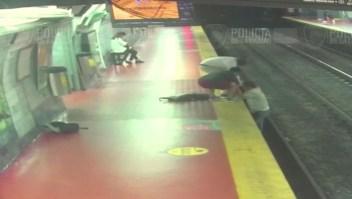 Se distrae con su celular y cae a las vías del metro