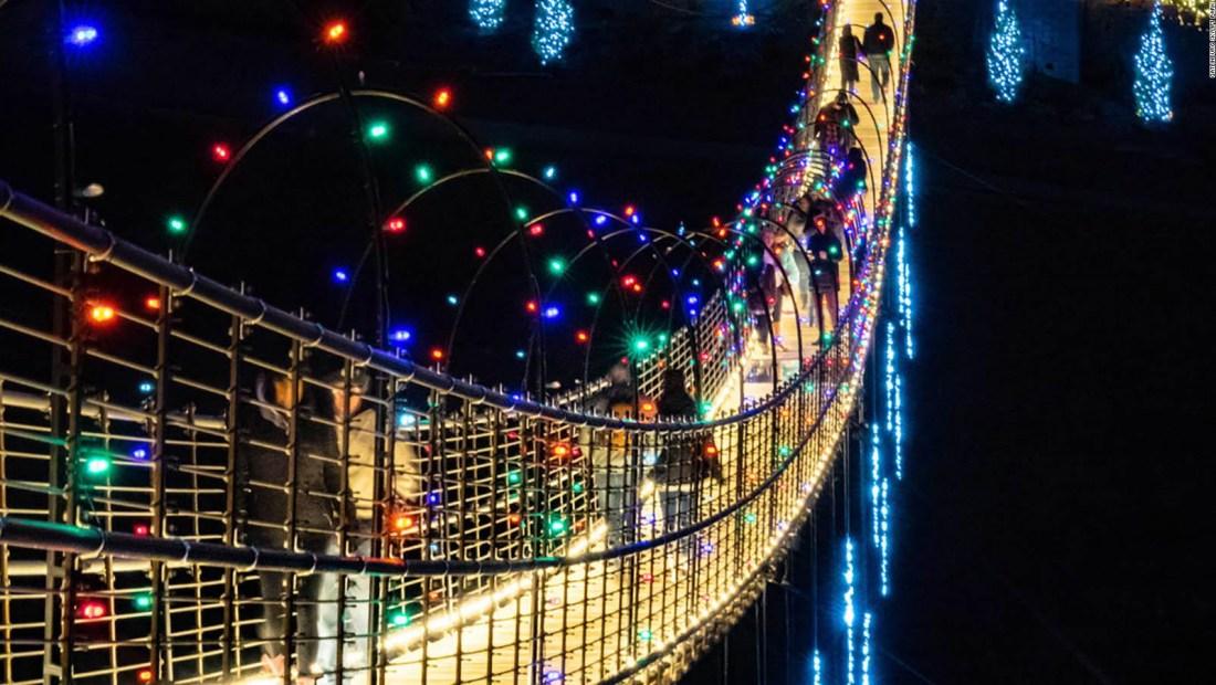 El puente peatonal colgante más largo de EE.UU. se prepara para Navidad