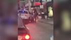 Video muestra a un policía de Chicago golpeando a un hombre durante arresto