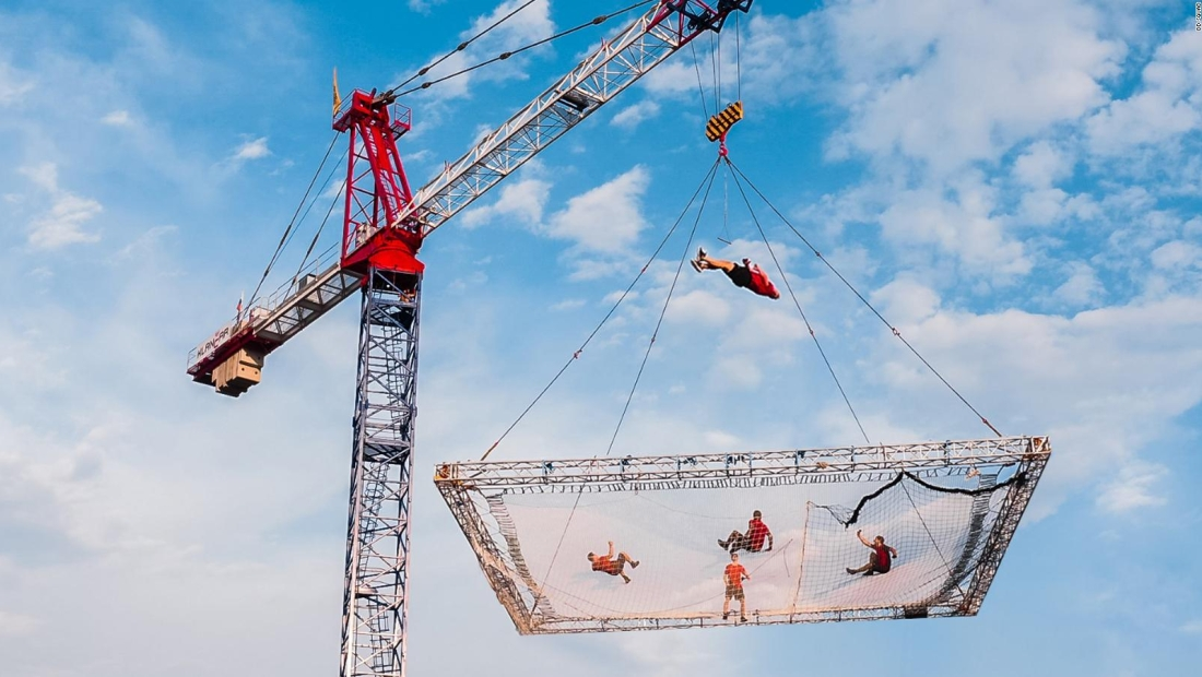 Acróbatas saltan desde un trampolín suspendido a 30 metros del suelo