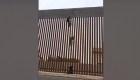 Video muestra a mexicano escalando el muro hacia EE.UU.