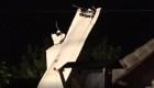 Impactante accidente: un avión cae sobre una casa vacía