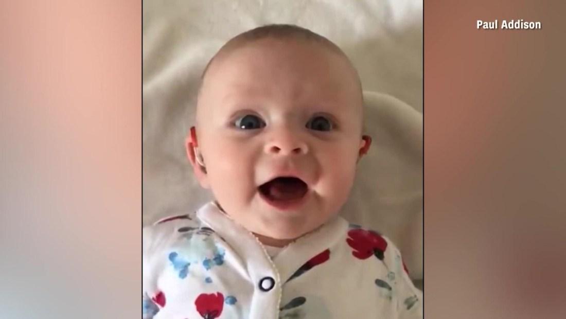 Así reaccionó un bebé al oír por primera vez