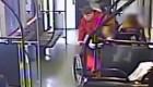 Ladrón tira a mujer para robar su silla de ruedas